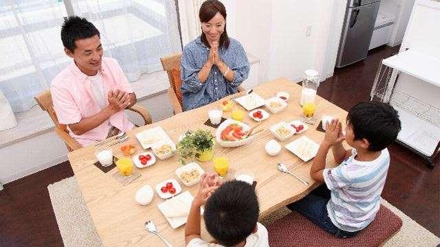 ダイニングテーブルセットを購入するならバランスの良い食生活を考えよう